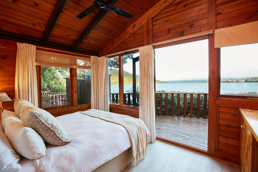 Under Milkwood: example of a chalet master bedroom with queen-size bed