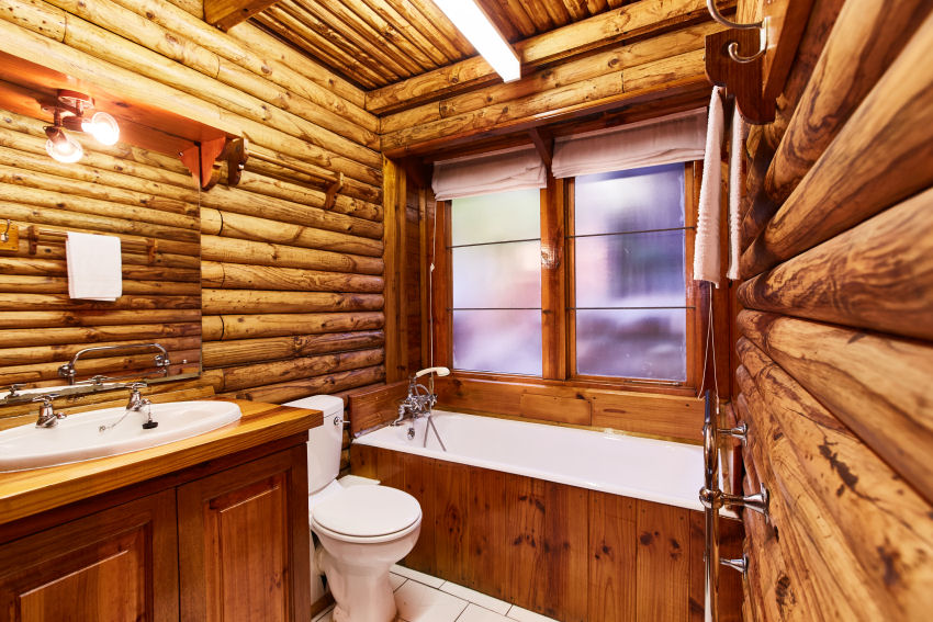 Under Milkwood: typical bathroom with toilet and bath